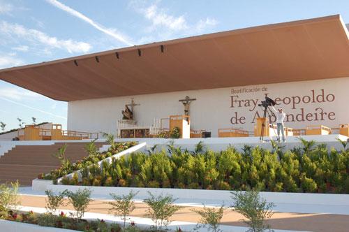 Altar preparado para la ceremonia,  diseñado por el arquitecto Rubén Carrillo