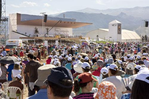 Vista de los asistentes y del altar