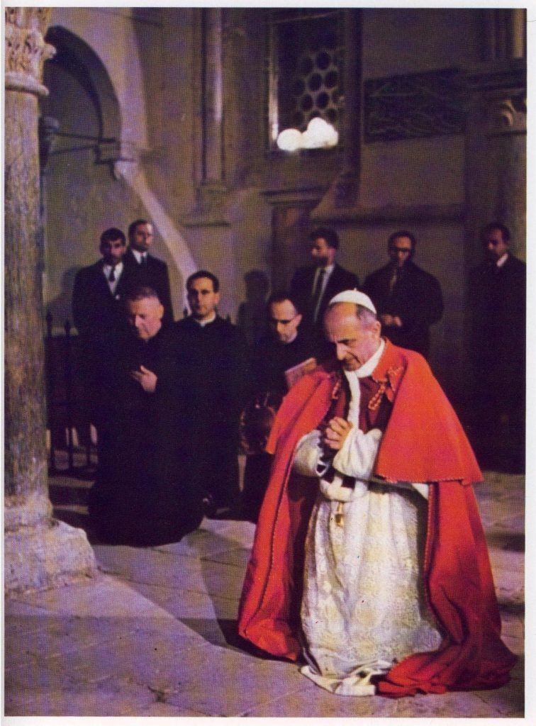Pablo VI arrodillado en el Cenáculo