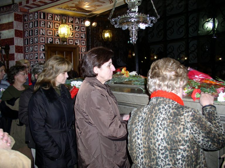 Fieles en la Capilla de la Cripta