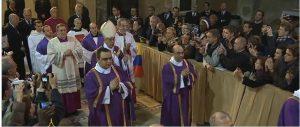 Ingreso del papa y su comitiva en la basílica de Santa Sabina para la celebración del Miércoles de Ceniza