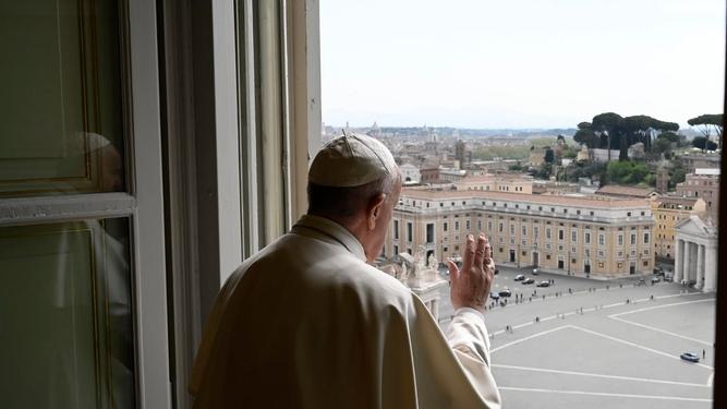 El papa bendice a la plaza de san Pedro vacía de personas por el coronavirus