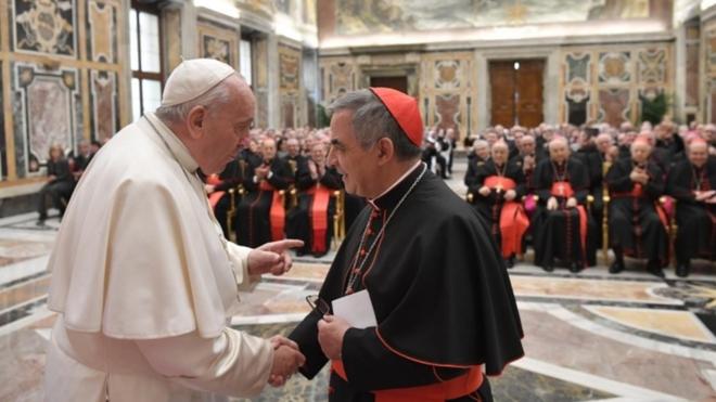El papa saluda al card. Becciu, Prefecto de la Congregación de las Causas de los Santos