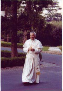 Juan Pablo I paseando por los jardines vaticanos
