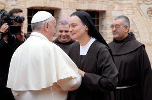 El Papa con algunos franciscanos