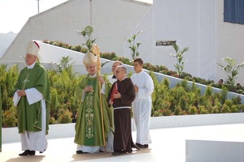 Llegada del Prefecto al altar para la celebración eucarística