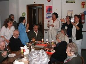 Residentes, con empleadas, en una celebración