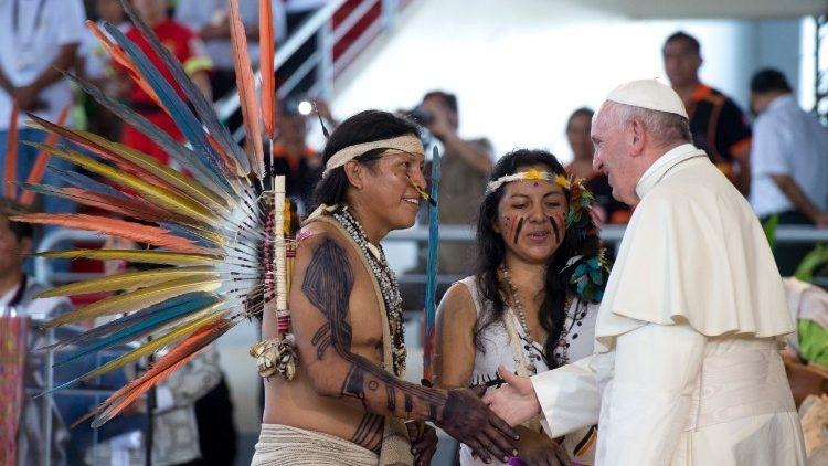 El Papa saluda a unos indígenas de la Amazonia