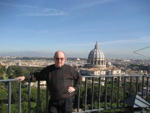 El P. Vicepostulador, Alfonso Ramírez Peralbo, en la Torre de San Juan, en los jardines Vaticanos, con la cúpula de San Pedro al fondo