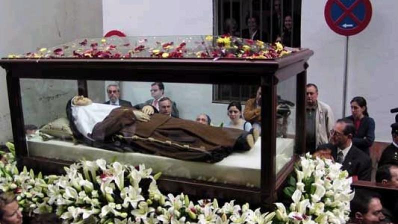 La urna de Santa Ángela por las calles de Sevilla