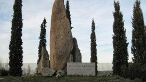 Monolito dedicado al P. Huidobro en el lugar donde lo mataron