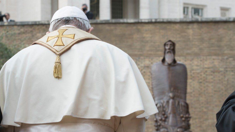 El Papa reza ante la imagen de Gregorio de Narek, en los jardines del Vaticano