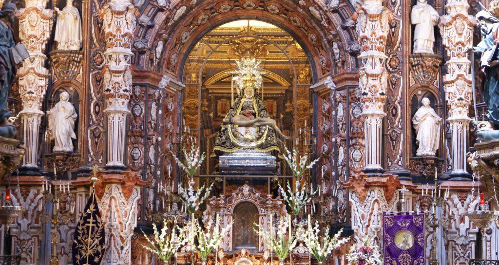 Altar y camarín de la Virgen de las Angustias (Granada)