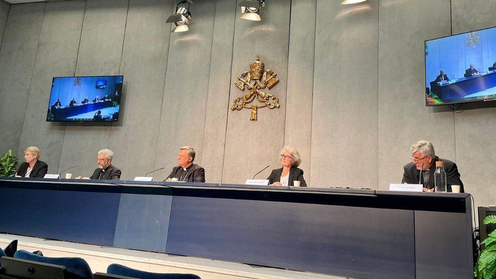 Conferencia de prensa para la presentación de los documentos del Sínodo. Sala de prensa del Vaticano