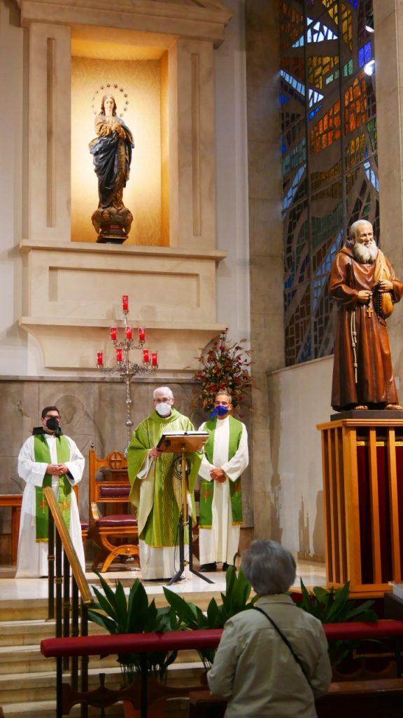 El Vicario Territorial, Francisco Tejerizo, en el centro, preside la celebración junto al nuevo párroco, H. Ismael (a la derecha del que mira) y el H. Juan Aguilera, a la izquierda. El H. Emilio, segundo vicario parroquial, era el fotógrafo